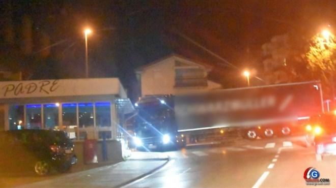 NEVJEROJATNE FOTOGRAFIJE: Kamionom skoro ušao u grudski kafić, izbacio kamenje na cestu...