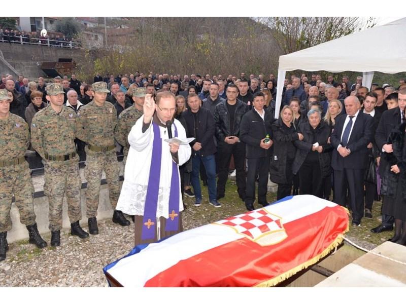 I nebo je plakalo! Više tisuća ljudi u Čapljini ispratilo generala Ćurčića